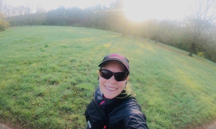Läufer mit Sonnenbrille und Kappe