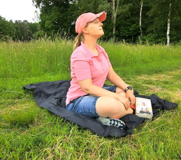 Im Schneidersitz auf der Picknickdecke