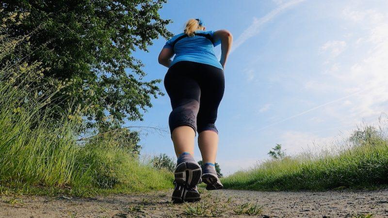 Läuferin mit blauen Shirt