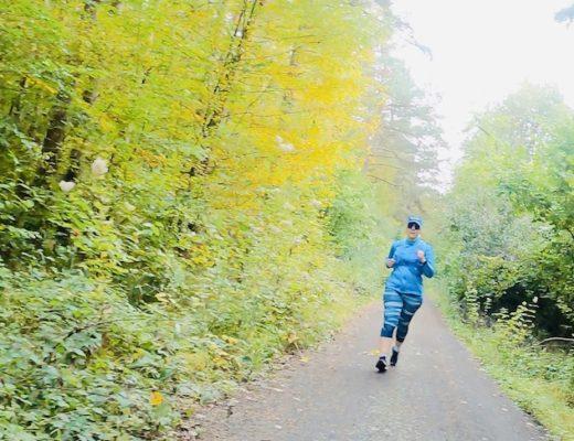 Waldweg mit Läuferin